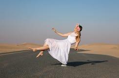 Ung härlig flicka som svävar i luften royaltyfri foto