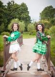 Ung härlig flicka två i irländskt posera för dansklänning som är utomhus- Fotografering för Bildbyråer