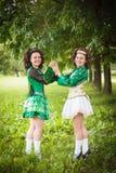Ung härlig flicka två i irländskt posera för dansklänning som är utomhus- Arkivfoto