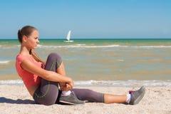 Ung härlig flickaidrottsman nen som spelar sportar på stranden Royaltyfria Bilder