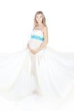 Ung härlig gravid kvinna i det vita arket arkivfoto