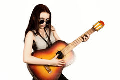 Ung härlig hippie som spelar gitarren på ljus bakgrund Royaltyfria Foton
