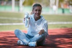Ung härlig idrottskvinna som vilar, når utbildning 04 som cirkulerar Royaltyfri Foto