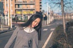 Ung härlig kinesisk flicka som poserar i stadsgatorna Arkivfoto