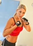 Ung härlig konditionkvinnaboxning Arkivbild