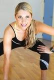 Ung härlig konditionkvinnasträckning Fotografering för Bildbyråer