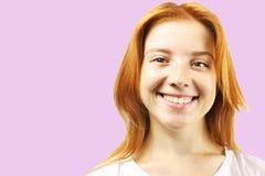 Ung härlig kvinna, attraktiv naturlig rödhårig man som visar sinnesrörelser, ansiktsuttryck som poserar på isolerad bakgrund royaltyfria bilder