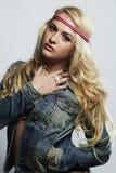 Ung härlig kvinna för mode sexig blond flicka Lockig frisyr Arkivbilder