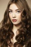 Ung härlig kvinna för stående med lockigt hår arkivbilder