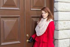 Ung härlig kvinna framme av den gamla dörren Arkivbilder