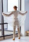 Ung härlig kvinna i ärmlös tröja Arkivbild