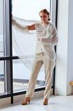 Ung härlig kvinna i ärmlös tröja Fotografering för Bildbyråer