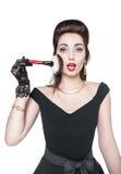 Ung härlig kvinna i övre stil för retro stift med makeupborsten Arkivfoto