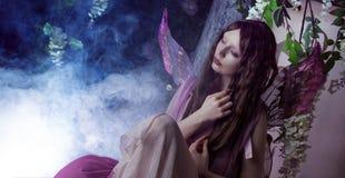 Ung härlig kvinna i bilden av feer, magisk mörk skog Arkivbilder