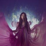 Ung härlig kvinna i bilden av feer, magisk mörk skog Fotografering för Bildbyråer