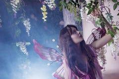 Ung härlig kvinna i bilden av feer, magisk mörk skog Royaltyfri Bild
