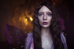 Ung härlig kvinna i bilden av feer, slut upp Royaltyfria Bilder