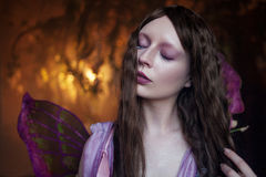 Ung härlig kvinna i bilden av feer, slut upp Royaltyfri Foto