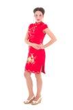 Ung härlig kvinna i den röda japanska klänningen som isoleras på vit Royaltyfria Bilder