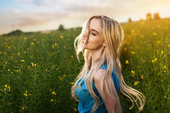 Ung härlig kvinna i fälten arkivfoto