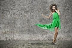 Ung härlig kvinna i grön klänning royaltyfria foton