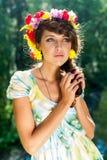 Ung härlig kvinna i krans av blommor arkivbild