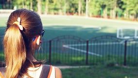 Ung härlig kvinna i soliga exponeringsglas på stadion Flickan ser framåtriktat tillbaka sikt fotografering för bildbyråer