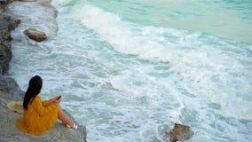 Ung härlig kvinna i solnedgång Lycklig flicka i klänning i aftonen på stranden lager videofilmer