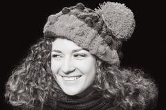 Ung härlig kvinna i stucken rolig hatt Arkivfoton