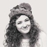 Ung härlig kvinna i stucken rolig hatt Arkivbilder