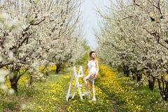 Ung härlig kvinna i trädgård Royaltyfria Foton