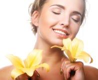 Ung härlig kvinna med blomman Arkivfoton
