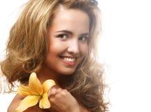 Ung härlig kvinna med blomman Royaltyfria Foton
