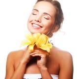 Ung härlig kvinna med blomman Arkivfoto