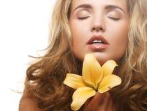 Ung härlig kvinna med blomman Royaltyfri Bild