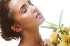 Ung härlig kvinna med blomman Royaltyfri Fotografi