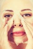 Ung härlig kvinna med collagenögonmaskeringen Arkivbilder
