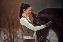 Ung härlig kvinna med den utomhus- ståenden för häst på vårdagen royaltyfri bild