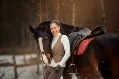 Ung härlig kvinna med den utomhus- ståenden för häst på vårdagen fotografering för bildbyråer