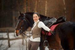 Ung härlig kvinna med den utomhus- ståenden för häst på vårdagen royaltyfria foton