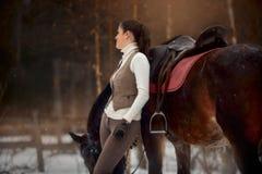 Ung härlig kvinna med den utomhus- ståenden för häst på vårdagen arkivfoton