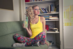 Ung härlig kvinna med en drink royaltyfri fotografi