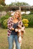 Ung härlig kvinna med en häst royaltyfria foton