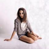Ung härlig kvinna med fördjupning på abstrakt bakgrund Royaltyfria Foton