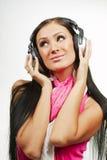 Ung härlig kvinna med hörlurar som tycker om musiken Royaltyfria Foton