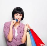 Ung härlig kvinna med kreditkort- och shoppingpåsar Fotografering för Bildbyråer