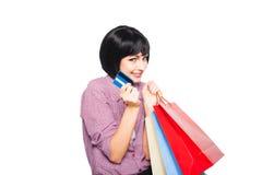 Ung härlig kvinna med kreditkort- och shoppingpåsar Royaltyfri Foto