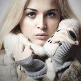 Ung härlig kvinna med päls Vintern utformar Blond modell Girl för skönhet i Mink Fur Coat Arkivfoton