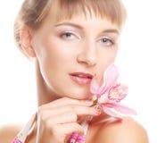 Ung härlig kvinna med rosa färgblomman Fotografering för Bildbyråer