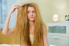 Ung härlig kvinna med smutsigt hår Arkivbild